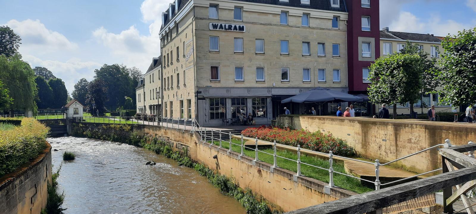 Het hotel naast het kabbelende riviertje De Geul, dat enkele dagen later verwoestend buiten zijn oevers zou treden.